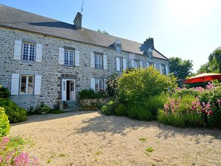 Amazing Holiday Home in Regneville-sur-Mer with Garden