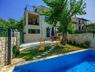 Cozy cottage with fenced garden and pool, 10 km from Porec and beach