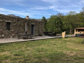 Maison en pierres de type bergerie . Avec terrain de pétanque et Spa.