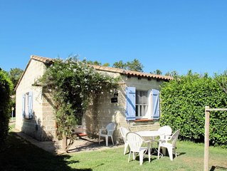 One bedroom Villa, sleeps 2 with Pool, FREE WiFi and Walk to Shops
