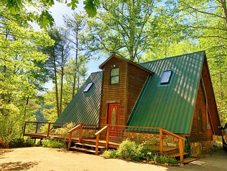 Secluded LAKEFRONT Chalet: 2.8acres, Dock, Kayaks, Pet Friendly, Wifi