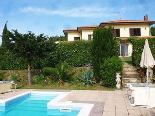 4 bedroom Villa, sleeps 10 with Pool, Air Con, FREE WiFi and Walk to Shops
