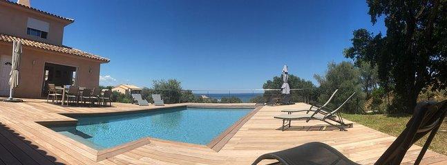 Uitzicht op het terras bij het zwembad