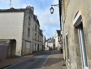 Spacious renovated accommodation with courtyard/terrace in the heart of Bayeux