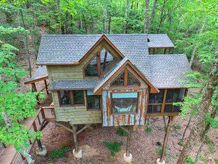 Inn The Ravine Luxury Treehouse *hot tub, fireplace, firepit, secluded*