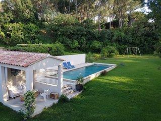 Fabuleux: Maison, jardin avec soleil+ombre, grande piscine, proche du village !