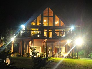 *****MAKE HOLIDAY MEMORIES IN A COZY LOG HOME ON MAIN LAKE*****