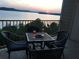 Incredible Table Rock View-2 BR/2 Bath-Near Attractions-Full Serve Marina Onsite