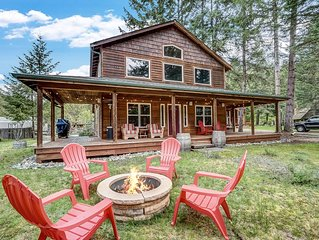Crystal Mountain Adventure getaway! House, w/ Covered Porch & Hot tub. Sleeps 6