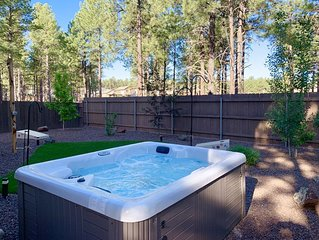 """New """"100 PINES"""" modern retreat with private hot tub, A/C, WiFi, fire pit, & park"""