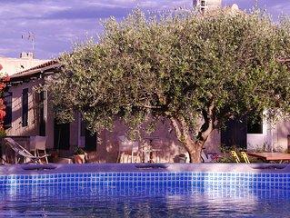 Ideal pour vos vacances en famille avec piscine privative et joli jardin arbore