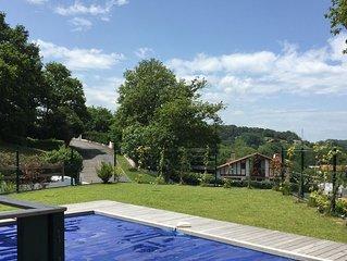 La Rhune, maison avec piscine chauffée, terrasse traversante et jardin expo sud.