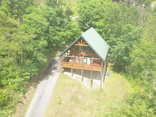 PRIVATE VACATION! SECLUDED LUXURY LOG CABIN - 1 mile to Downtown- Outdoor Fun!