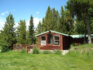 Kozy Cabin 8 miles from Yellowstone! Perfect For Romantic Getaways & Families!