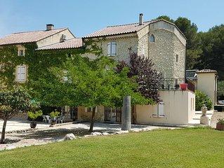 Bastide a 5 mnts d'Avignon 800 m2 Piscine fauchee Jacuzzi de 8 a 18 pers+ 4 per