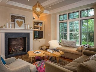 Elegant Spaces in Luxurious 3-Bedroom Townhome With Box Canyon Views