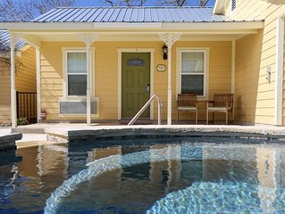Absolutely Charming Cotswold Bungalow, King Bed, In Town, Hot Tub/Pool Access!