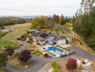 9 minutes to Healdsburg Plaza: 1.6 Acres of Privacy at End of Country Road