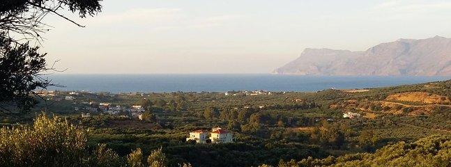 La Villa Koukouvayia est située juste au-dessus des plages et du littoral du golfe de Kissamos.