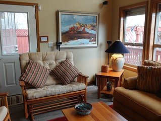 Upscale 2 BR Chalet, 2 Blocks from Square - APRIL IN PRESCOTT (May too) OUI !!