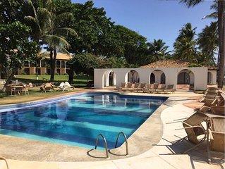 Flat na beira da praia com 3 quartos e na Vila principal de Praia do Forte