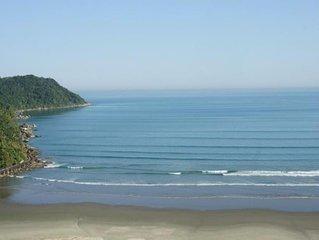 Canto do Forte apto a 50 metros da praia 2 quartos, sala, varanda , cozinha.