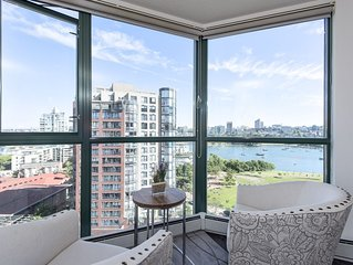 30 Day min - Yaletown Central Waterview  3 Bedroom 2 bathroom free parking Pool