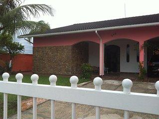 6 quartos sendo 4 suítes, Piscina, Churrasq, garagem p/5 carros, a 150m da praia