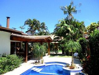 Casa terrea, Piscina, Ar Condicionado, Condominio Fechado - 450 mts da praia