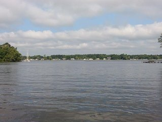 Take a relaxing vacation in a quiet rural neighborhood-public boat dock nearby!