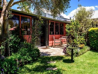 Studio 44 B&B Balmain. A cottage in a garden.
