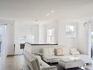 NEW!LUXURY 2 STORY 1BD RESORT LIVING ON THE BAY/2 Pools/Jacuzzi/Tennis/Gym/Grill