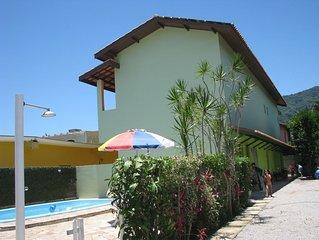 A 50 metros da praia, confortável chalé com piscina, ar condicionado e garagem.