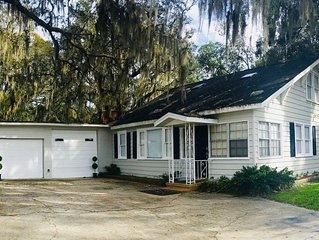 Chic Farmhouse - Sleeps 8 - near Orlando