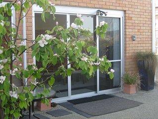 Stylish Large 2 bedroom apartment sleeps 4 ,Free Wifi, Off street Parking Garden