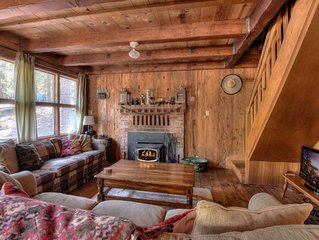Pet Friendly Chalet in West Shore, 5 min to lake and Homewood Resort, BBQ Deck,