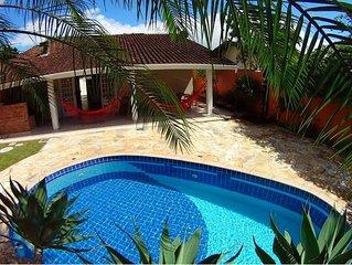 Casa com Piscina e ar condicionado no coração de Ubatuba ao lado do Proj. Tamar