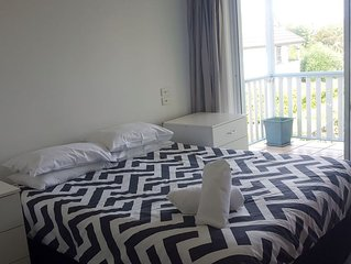 Apartment - 2.5km walk to Supercar Precinct - walk to cafes/beaches - sleeps 4