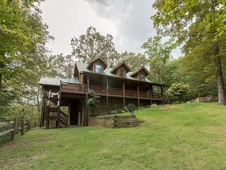 Large luxury cabin. hot tub, outdoor living area, walk or drive to creek, wifi,