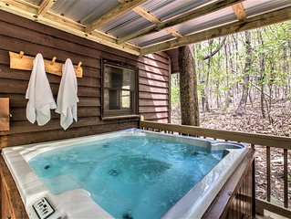 MVR⭐️CHARMING Chalet HUGGED byBOULDERS! HOT TUB! Minutes to Mentone and Falls
