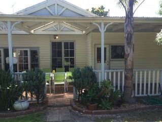 RELAX IN COOL CALIFORNIAN BUNGALOW CLOSE TO CAFES, BEACH, SHOPS SCHOOLS &TRANSPO