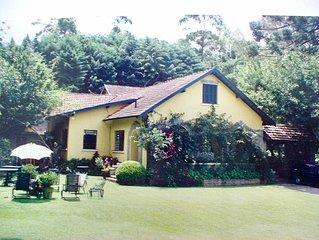Casa de Campo afastada modelo europeu com um grande jardim.