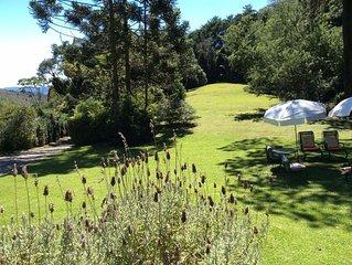 Casa de Campo modelo europeu com um grande jardim.