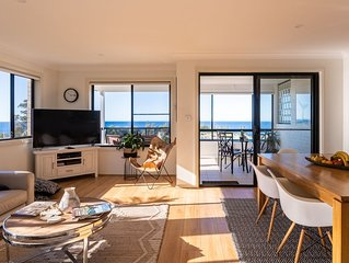 Luxury home, short walk to town centre & beaches, stunning ocean views