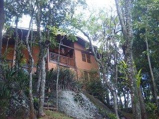 Linda casa na montanha dentro de condomínio fechado próximo a capital de SP.