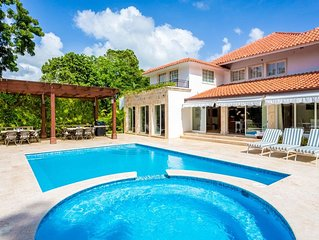 Spacious and Bright, Swimming Pool, Close to Minitas Beach, Free Wifi, AC, Staff