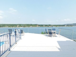 1 BR Waterfront Condo with lake access, pool & hot tub