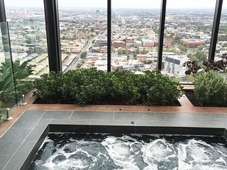 Modern 2BR CBD Apartment with Spa, Foxtel and Wifi