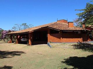 Confortável casa de campo, acomoda crianças e idosos.