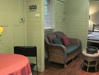 Cosy Bungalow. 1 minute walk to the main street. 5 minute walk to the pier.